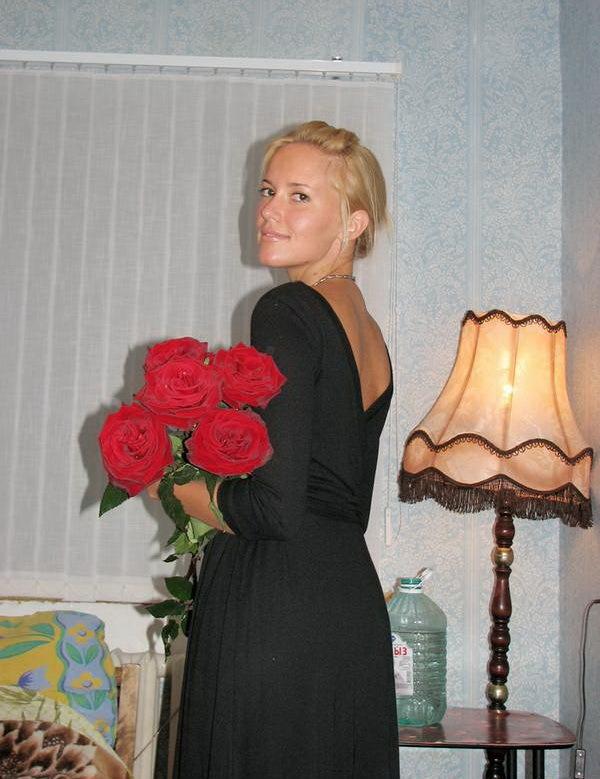 Мужчина подарил девушке цветы и наблюдал за ее онанизмом