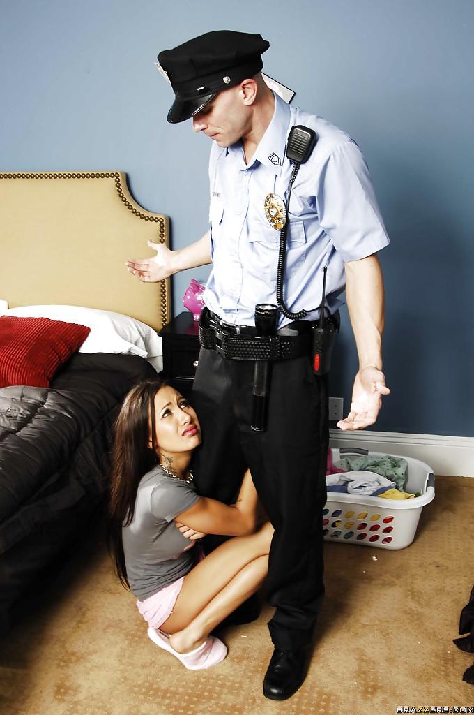 Молодая латинка вызвала полицейского на дом и поебалась с ним