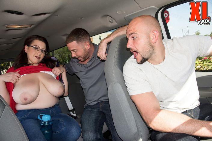 Вульгарная толстая дамочка в очках согласилась без долгих уговоров трахнуться с двумя мужчинами