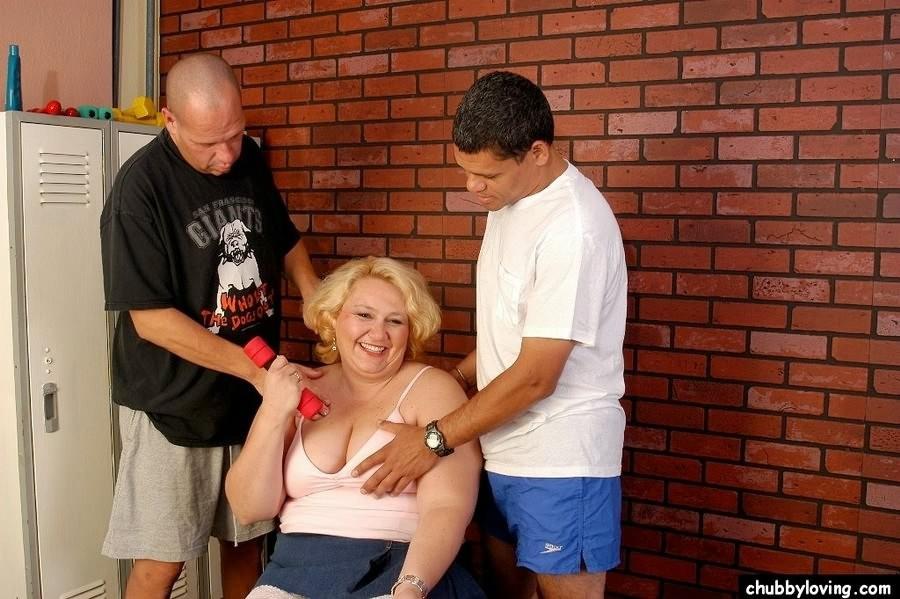 Зрелая бабка приглашает соседских парней, чтобы они трахнули ее щелку за деньги