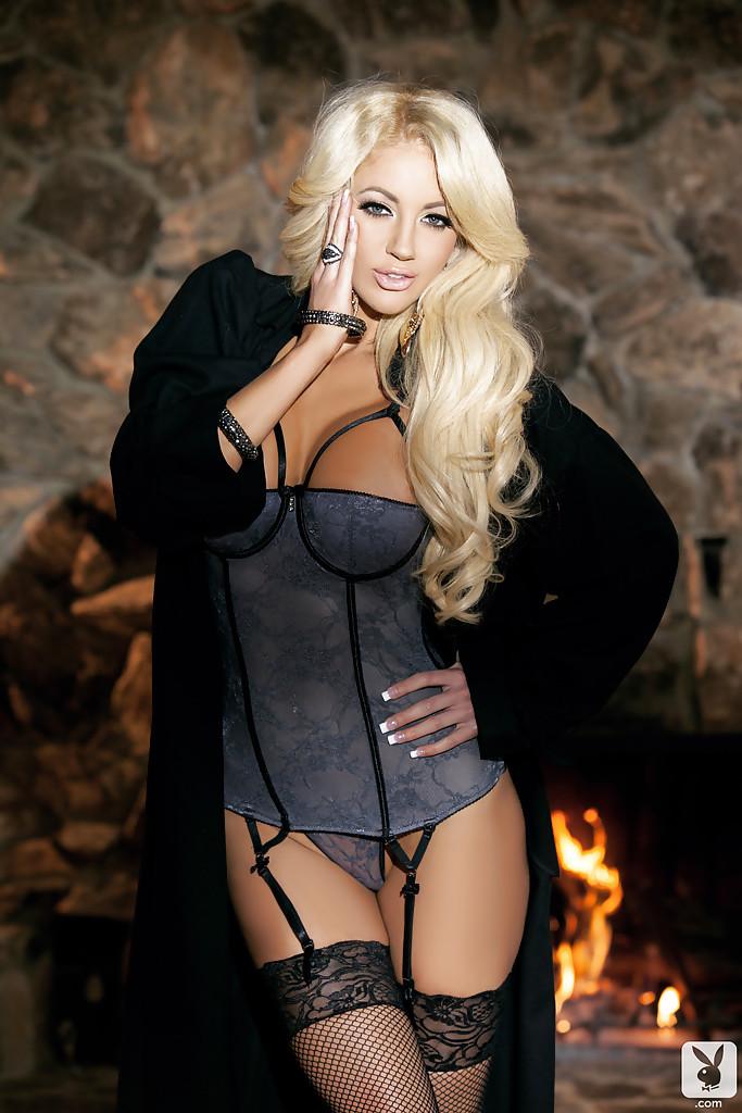 Блондинка с большими сиськами разделась у камина и легла на шкуру