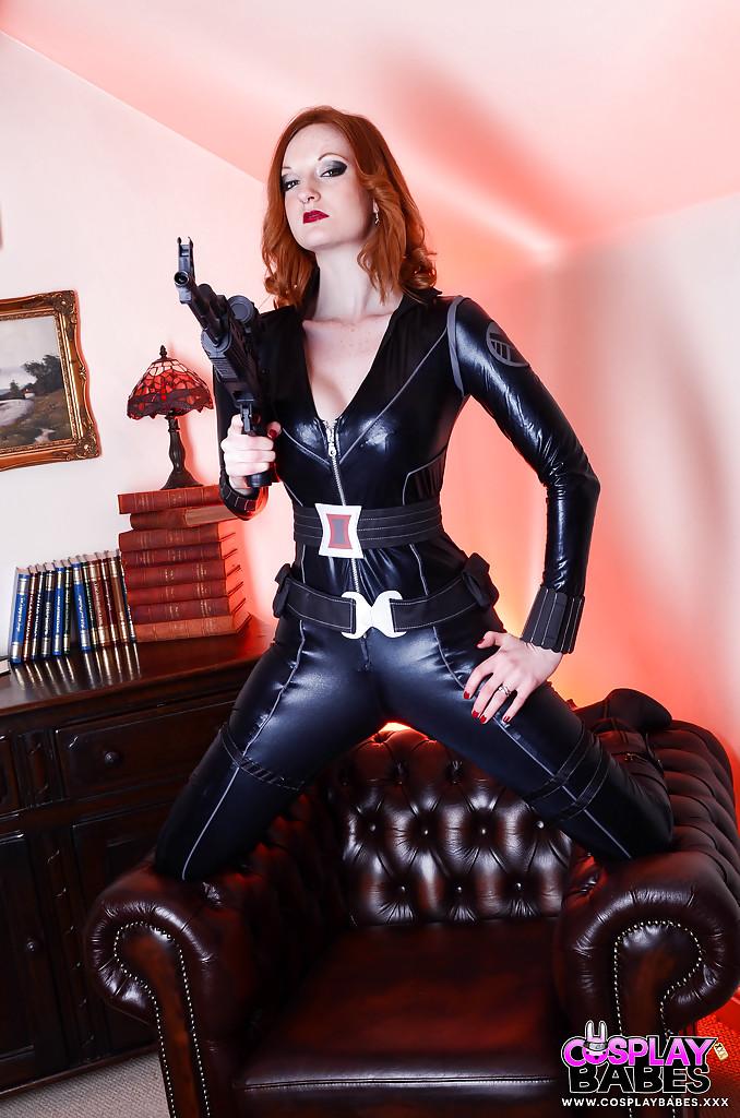 Косплеерша в наряде Черной вдовы разделась и вставила игрушку в киску