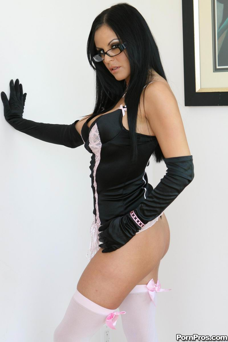 Сексуальная аргентинская крошка Mikayla позирует в белых чулках и трахается