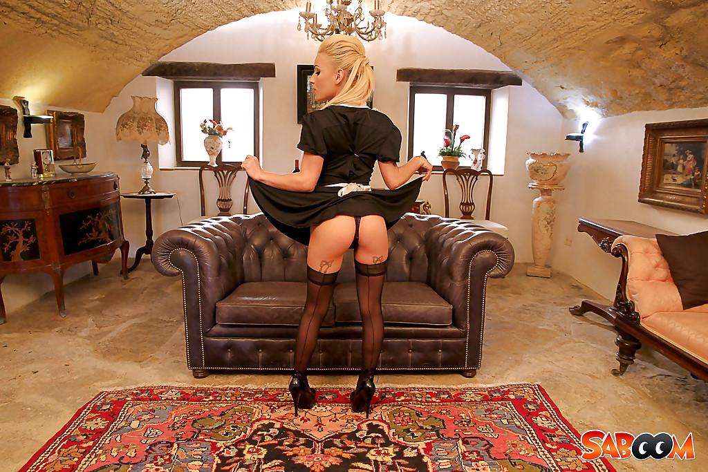 Сексуальная горничная показывает стриптиз хозяину особняка