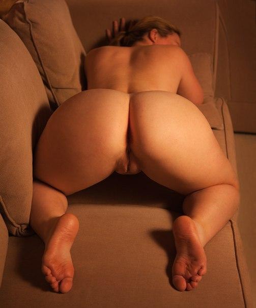 Толстые мамки раздвигают булки и показывают сиськи