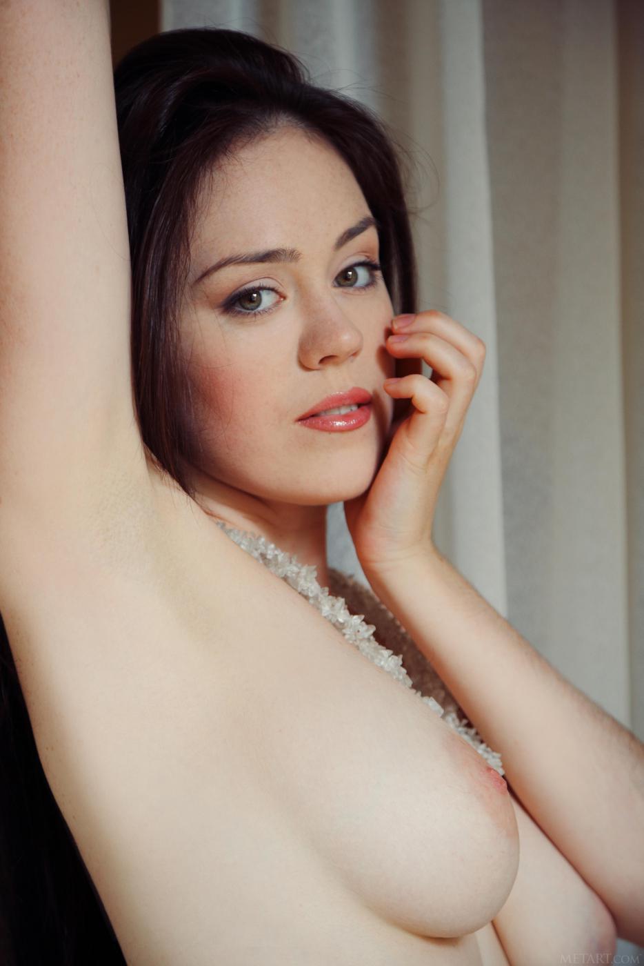 Знойная брюнетка в белых чулках Annis A позирует, показывая свою полную грудь и созревшую киску