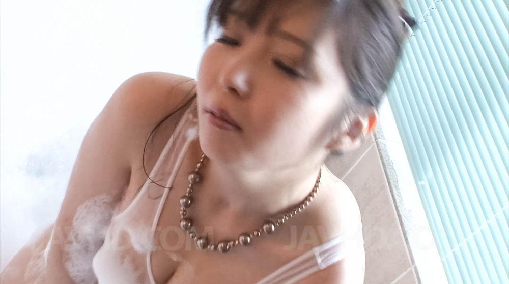 Haruka Oosawa принимает ванну и трахает себя душем