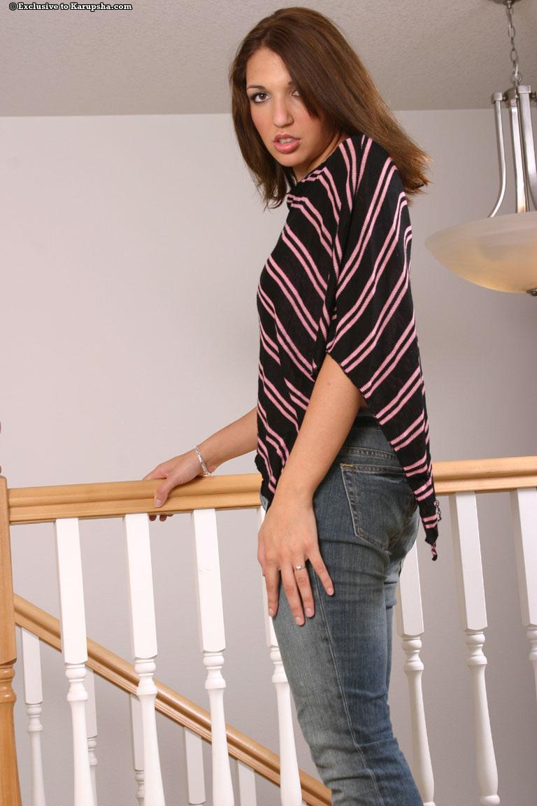 Victoria Graceson снимает узкие синие джинсы и крошечные красные трусики, а потом показывает чистую киску