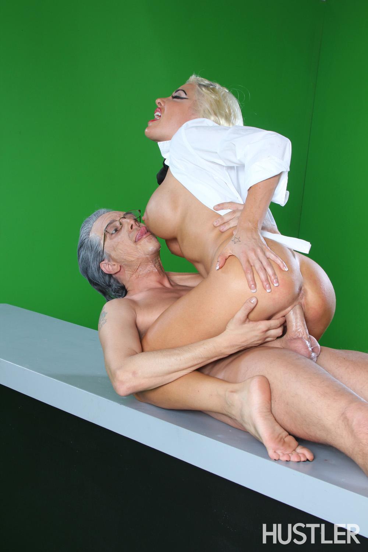 Сисястая блондинка в очках Helly Mae Hellfire трахается в киску со зрелым парнем