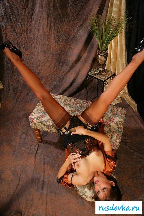 Раздетая привлекательная мадам в шелковом халатике