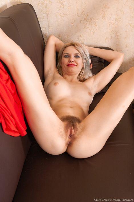 Длинноногая порно модель Greta Grace бухает на презентации и показывает натуральную волосатую пизду крупно