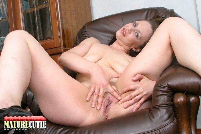 Голая зрелая женщина распахнула ножки и показывает розовую дырочку