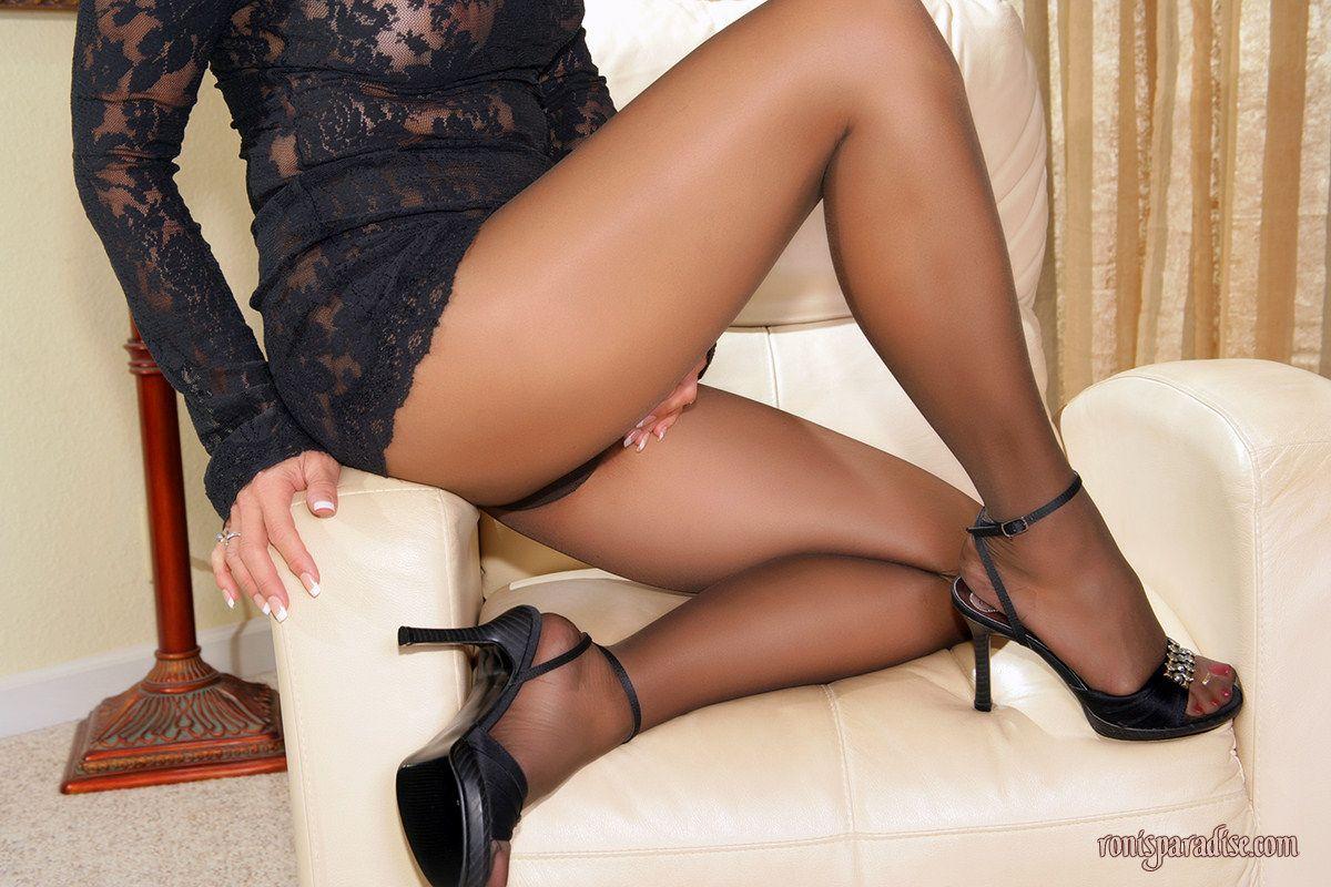 Зрелая женщина раздвинула свои ножки